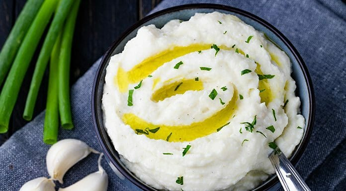 Cauliflower mashed potatoes are the best alternative to regular mashed potatoes. It's effortless to make, low in calories, low in carbs and needs only 5 ingredients. It's very simple to transform it into a vegan or paleo-friendly recipe. Perfect as a healthy side dish, with gravy for Thanksgiving or for Christmas. www.lowcarbspark.com | @lowcarbspark